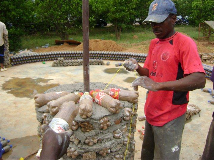 нигерия, дом из пластиковых бутылок